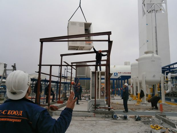Mechanical installation of low voltage switchgear with a mobile crane