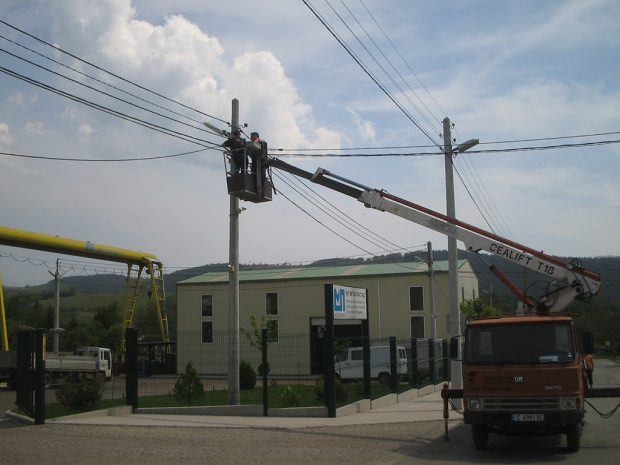 Construction of overhead line with twisted insulated conductors