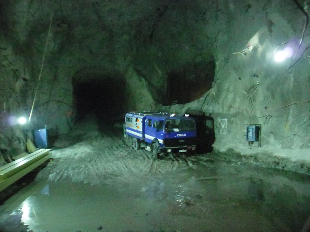 All-terrain vehicles for use in difficult sites, including also underground mines